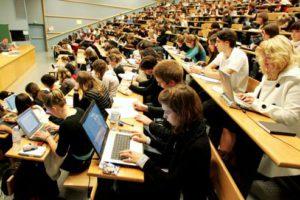 Cours de Droit dans l'amphithéâtre Alexis de Tocqueville sur le campus 1 de l'Université de Caen (14) (30/09/08). Etudiants et ordinateur, amphi, cours magistral ;